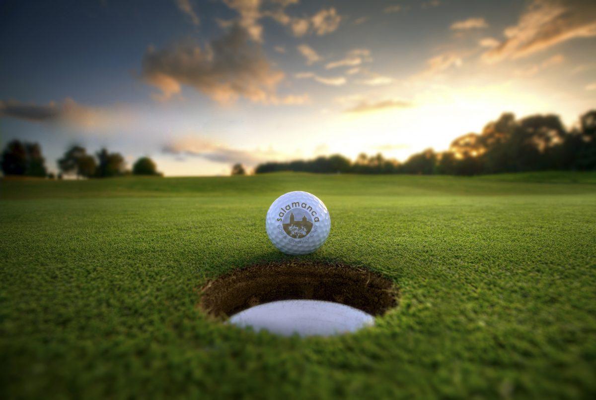 Bola a punto de entrar en el green en Salamanca Golf